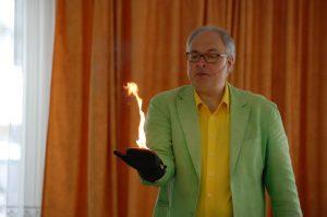 Joachim Hecker bei seiner Zaubershow